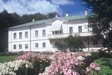 Двухэтажный белый дом Л. Н. Толстого